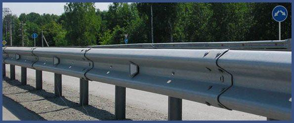 Типовое ограждение, разделяющее полосы движения на магистральных трассах