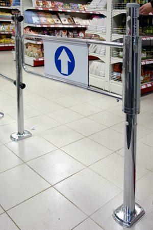 Турникет, установленный в супермаркете.
