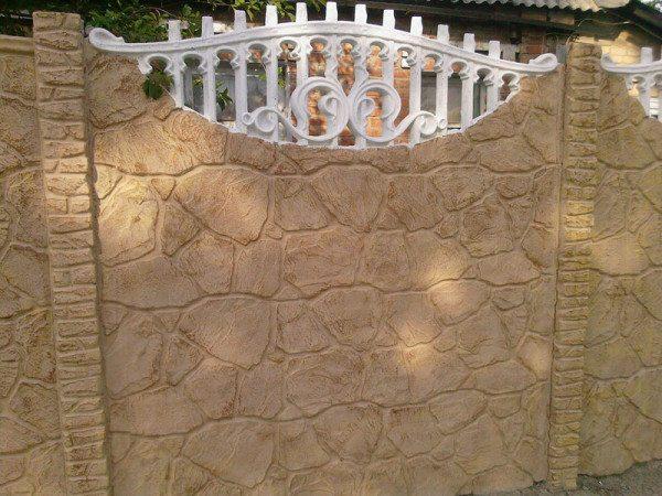 Удачная имитация каменной стены с декоративной решеткой.