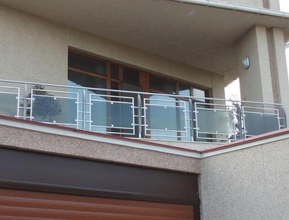 Установка балконного парапета из нержавейки со стеклом