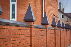 Установка колпаков на забор для защиты от влаги