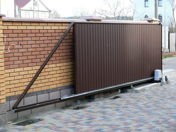 В открытом положении створка перекрывает 4 - 6 метров стены.