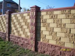 Вариант изготовления ограды в виде забора из специальных блоков различного цвета и фасона