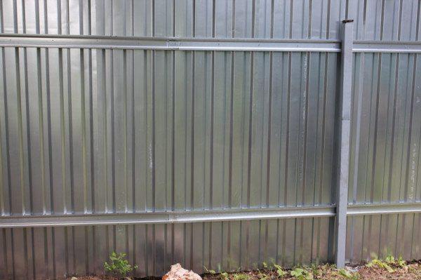 Вариант ограды с листами, установленными на всю ее длину.