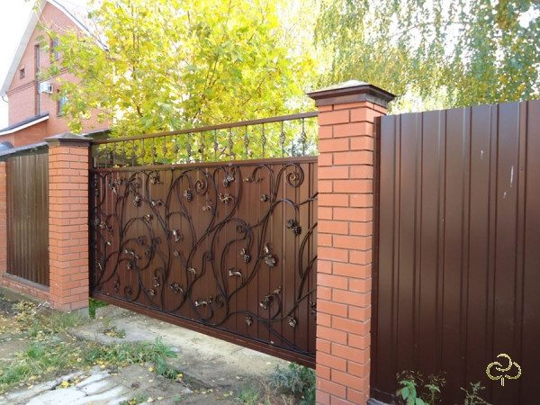 Важен единый стиль всех элементов ограды.