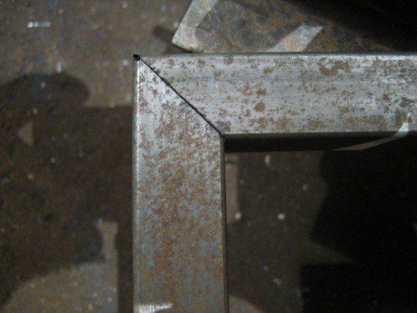 Верхние углы свариваются встык под углом 45°