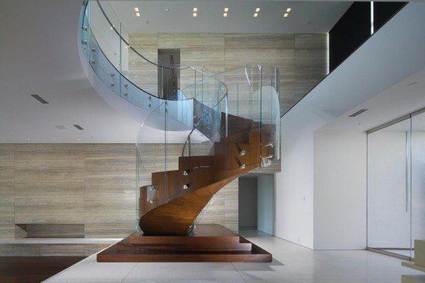 Винтовая лестница с ограждением из стекла.