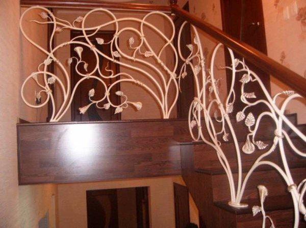 Витиеватое кованое заполнение лестничной ограды