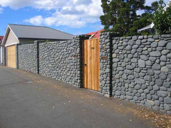 Внешний вид забора из камня, конечно, во многом зависит от выбранного вида камня. Правильный выбор гарантирует не только прочный и надежный забор, но и его замечательные эстетические качества