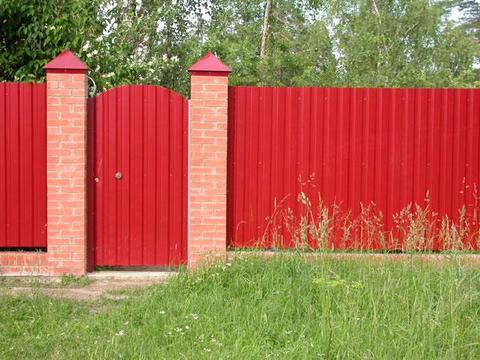 Ворота и калитки – тоже сфера интересов профнастила и всё благодаря гибкости материала, возможности его резки обычными ножницами по металлу