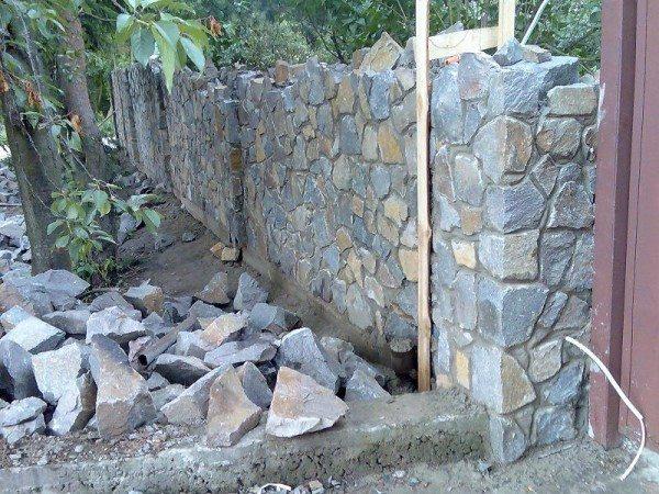 Вот так, слой за слоем, постоянно контролируя вертикальность всей конструкции и имея под руками подготовленный камень