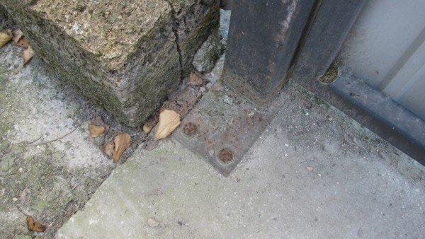 Второй опорный столб установлен на анкера.