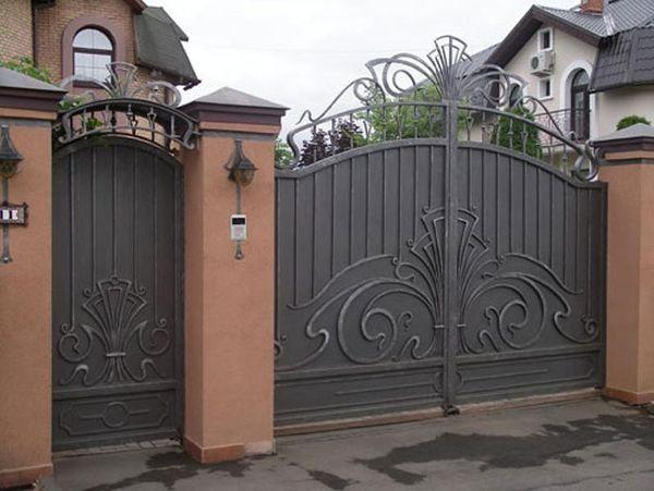 Забор и калитка кованые – солидный вид