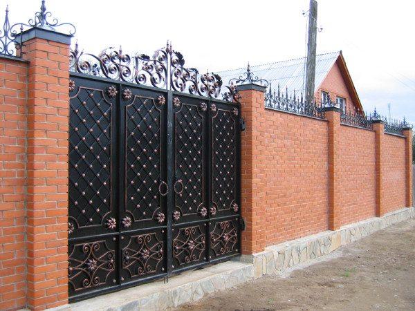 Забор и ворота в загородном доме