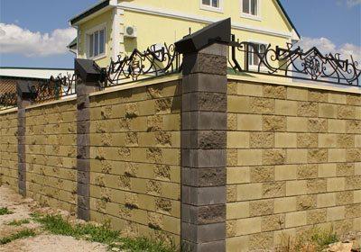 Забор из декоративного шлакоблока