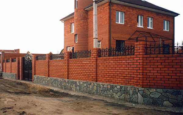 Забор из кирпича и бута