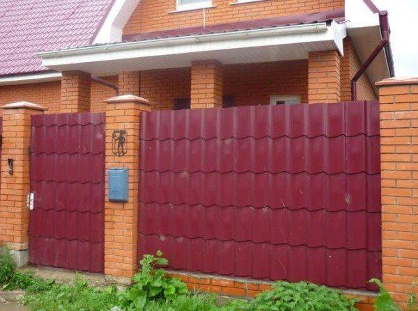 Забор из металлочерепицы – оригинальная замена профлисту