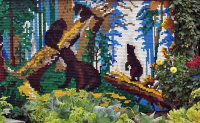 Забор из пластиковых пробок сделан в виде мозаичного панно