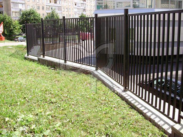 Забор из профильной трубы: фото