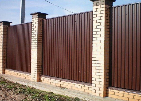 Забор из профнастила – красиво и практично