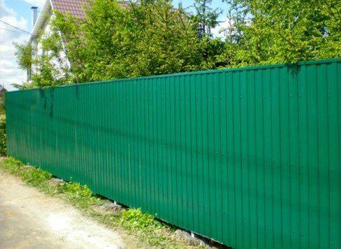 Забор из профнастила – не редкость на современных дачах