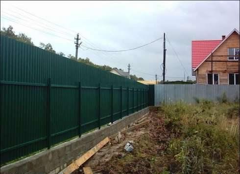 Забор из профнастила на ленточном фундаменте – внешний вид