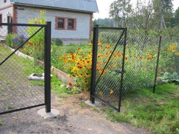 Забор из сетки рабицы – хороший вариант как для садового, так и для дачного участка.