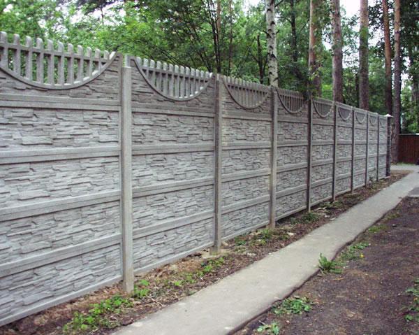 Забор из железобетона имеет привлекательный внешний вид и является надежным ограждением.