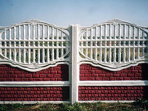 Забор, каждая секция которого состоит из четырех различных элементов, благодаря чему создается оригинальный внешний вид.