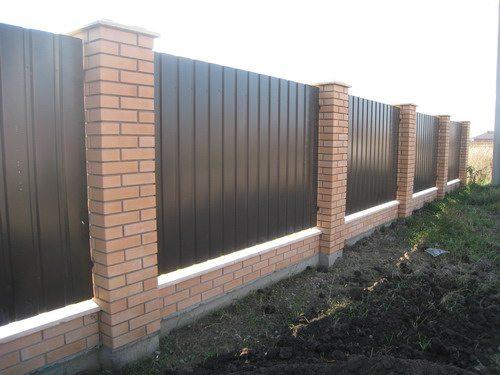 Забор на кирпичном каркасе