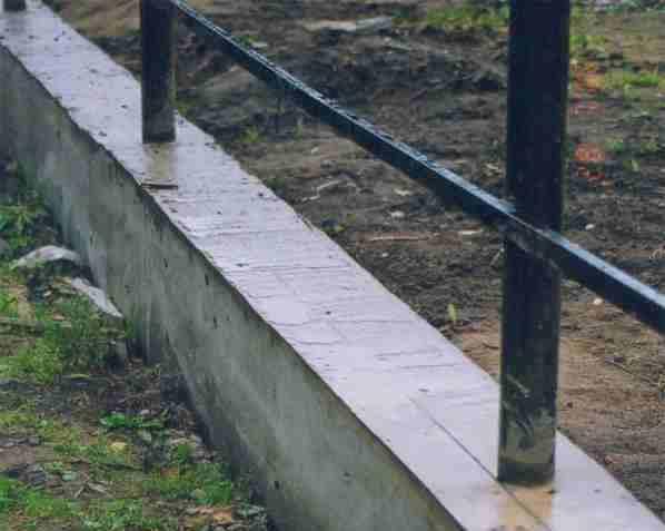 Забор на ленточном фундаменте – как это выглядит