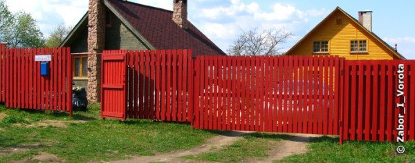 Забор, окрашенный эмалью, может неплохо смотреться в первый год эксплуатации