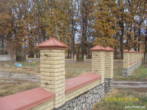 Забор с крышками