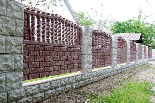 Заборы из декоративного камня, так или иначе, всегда небольшой обман – это бетонные заборы, но посмотрите, как прекрасно смотрятся эти бетонные конструкции «под камень»