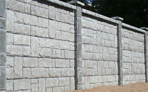 Заборы из искусственного камня – по природе своей, цементные – порой поражают разнообразием дизайнерских возможностей
