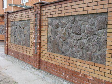 Заборы из камня своими руками для выравнивания и укрепления могут поддерживаться вполне «цивилизованным» кирпичом, что всегда смотрится очень оригинально