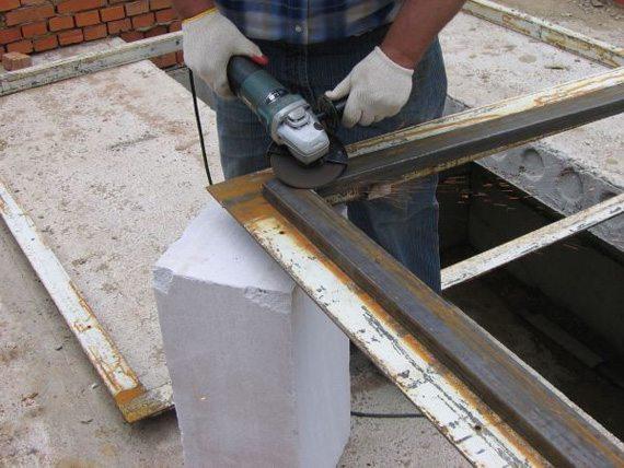 Зачистка производится с помощью болгарки и шлифовального круга