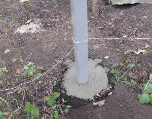 Заливаем столбы бетоном