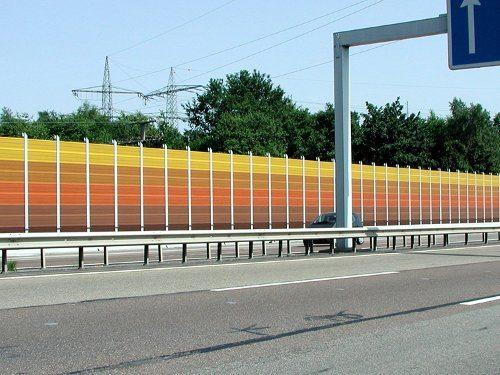 Защитная ограда вдоль автострады