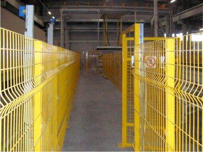 Защитное ограждение в производственном цехе