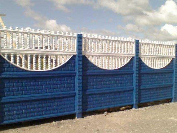 Железобетонный забор, каждая секция которого состоит из четырех блоков.