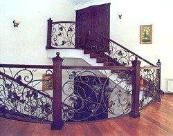 Ажурное металлическое ограждение лестницы