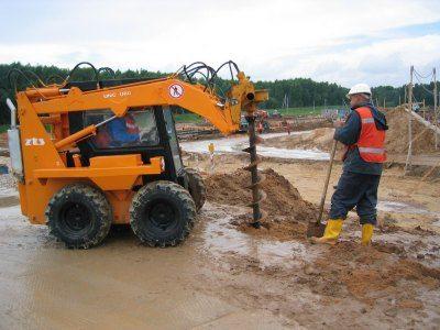 Бурение грунта для установки опор