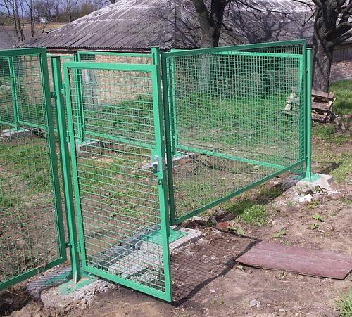 Дачный участок, обнесенный панельным забором с распашной калиткой