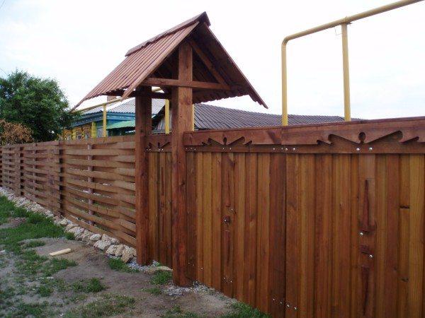 Деревянная ограда из секций с резными воротами