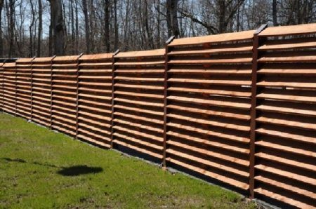 Деревянные секции гармонично вписываются в загородный ландшафт