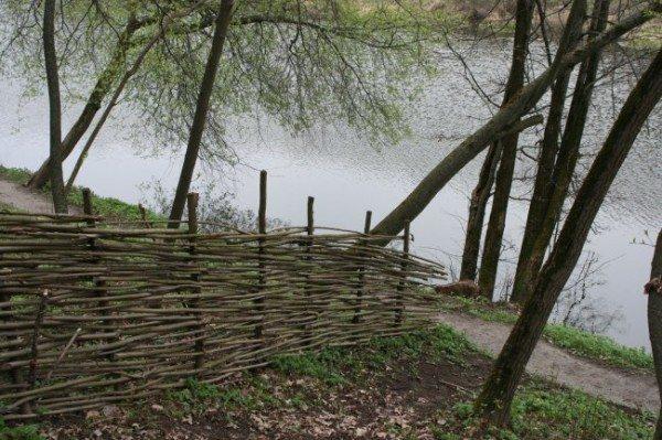 Для отмежевания от соседей, вполне подойдет и такая ограда.