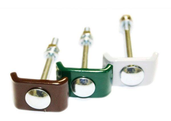 Элементы для скрепления полотна со столбом: при использовании сверление отверстий в опоре обязательно.