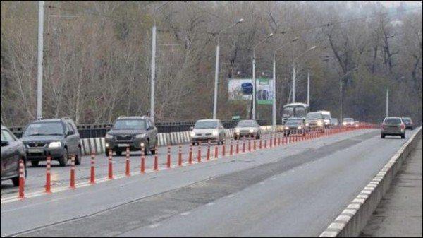 Фото, где изображены пластиковые ограждающие столбики вдоль проезжей части.