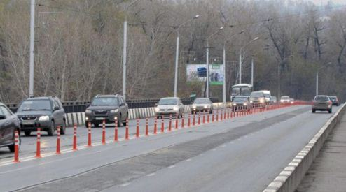 Фото ограждения, которое разделяют трассу на две полосы